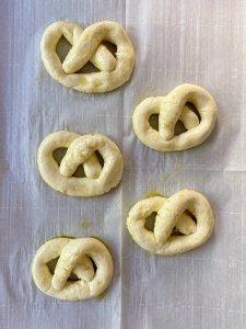 gluten free easy soft pretzels #glutenfree #glutenfreerecipes www.healthygffamily.com