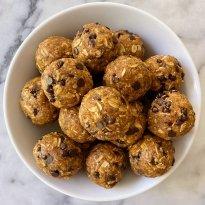 Pumpkin Chocolate Chip Energy Bites gluten-free #glutenfreerecipes #vegan #nobake www.healthygffamily.com
