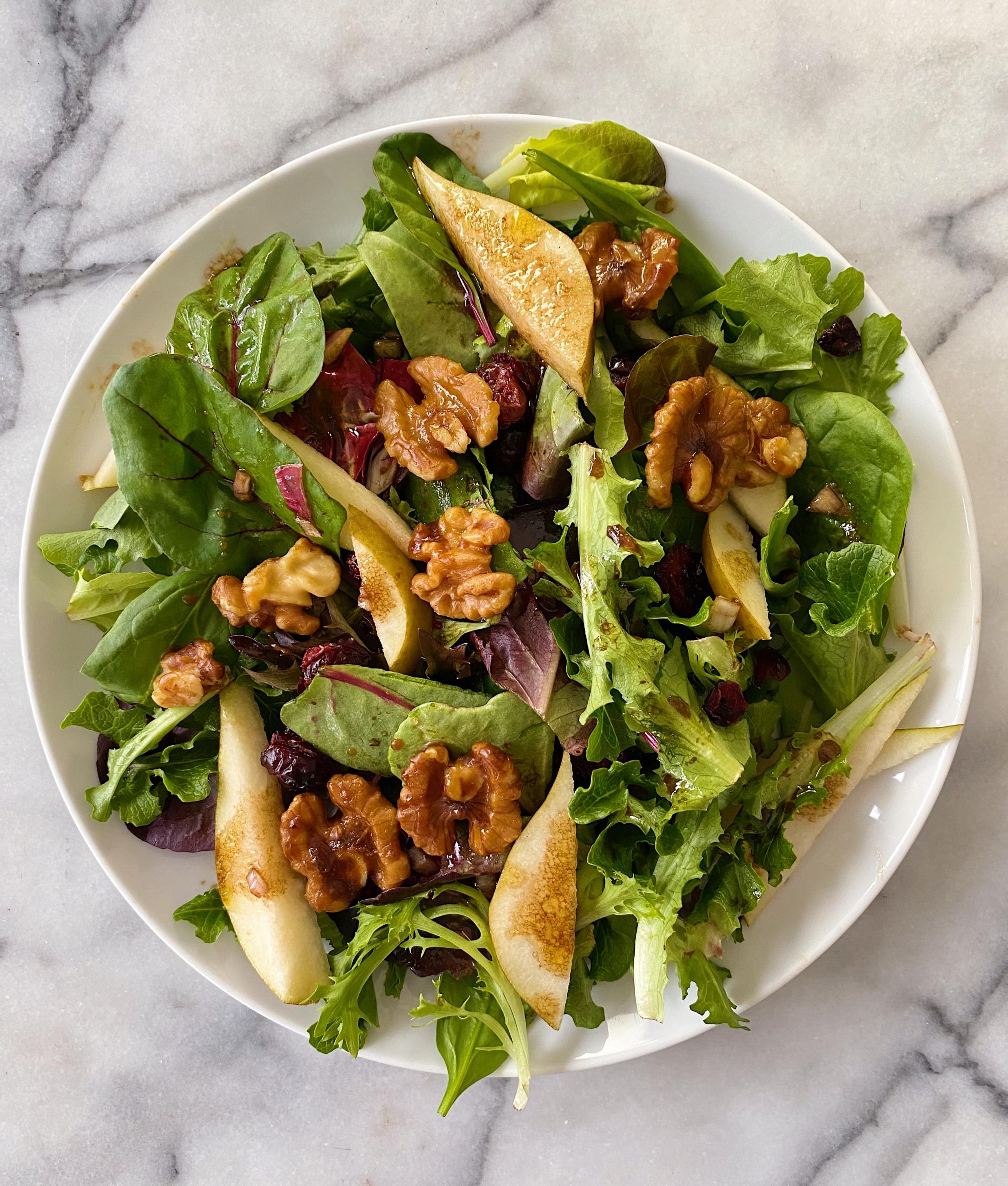 Green Salad healthy candied walnuts pears balsamic #glutenfree #glutenfreerecipes www.healthygffamily.com